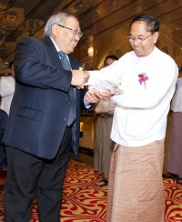 Yangon Region Government Chief Minister H.E. U Myint Swe (right) receiving a commemorative souvenir from Mr. William Ng, Chief Operating Officer, Star Cruises at Spices Restaurant onboard SuperStar Libra.
