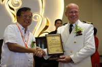 At the welcome ceremony, SuperStar Gemini Captain Jukka Silvennoinen (right) received a commemorative plaque from Honourable Florencio T. Miraflores, Governor of the Provincial Government of Aklan (left).