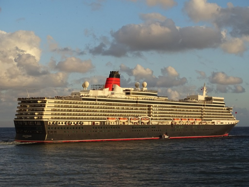 Queen Elizabeth Sails from Funchal (Photo: Sergio Ferreira)