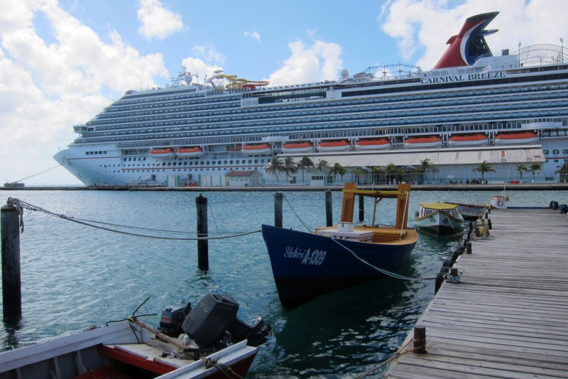 Carnival Breeze in Aruba