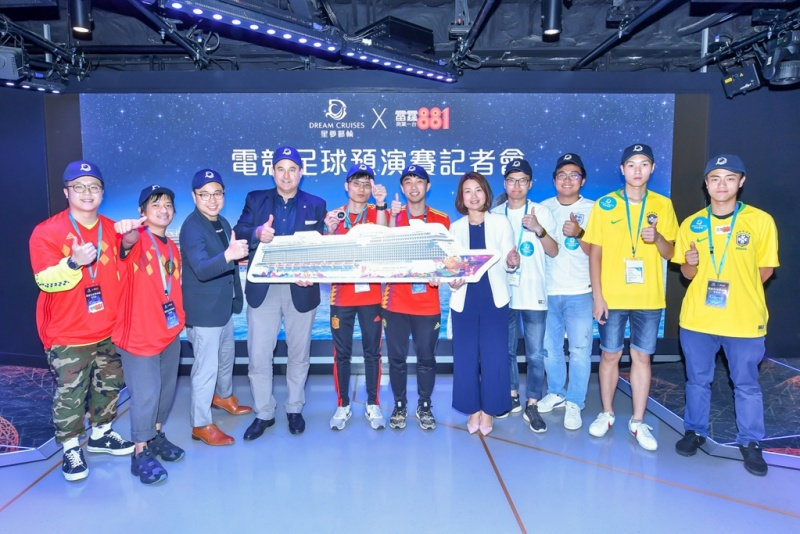 Participants of the eSports football competition had a group photo with honorable guests in World Dream's dedicated eSports facility.