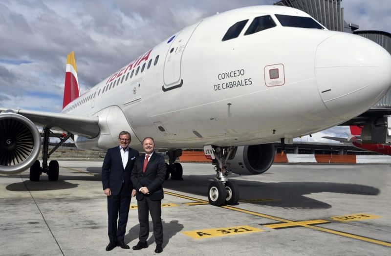 Richard J. Vogel, president and CEO of Pullmantur Cruceros (left) and Victor Moneo, Iberia's director of sales for Spain
