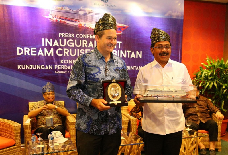 Thatcher Brown, President of Dream Cruises (left) and Bapak Dr. Nurdin Basirun, Governor of Kepulauan Riau Province, Indonesia (right) exchanged mementos during Genting Dream's inaugural arrival at Bintan Island on 7 July 2018.