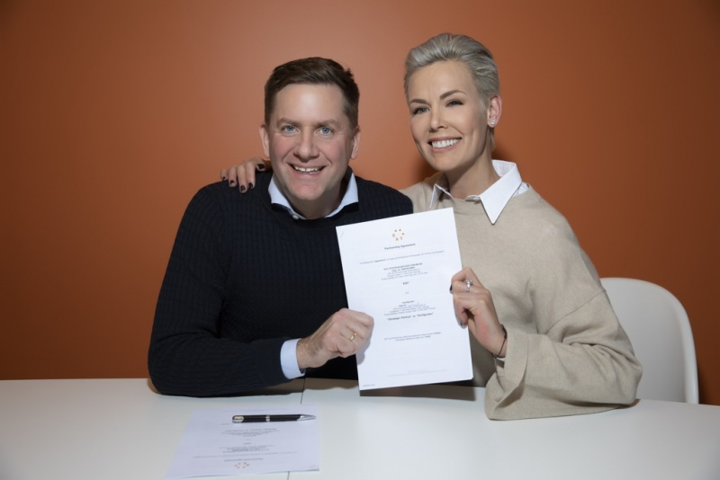Hurtigruten CEO Daniel Skjeldam and Gunhild Stordalen, EAT's Founder and Executive Chair, have signed a cooperation agreement to offer environmentally conscious guests even more exquisite and healthier food options. Photo: Rune Kongsro / Hurtigruten